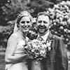 Brautpaar mit Brautstrauss in schwarz-weiss Hochzeitsfotograf Hannover Seelze