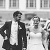 Brautpaar auf Straße in schwarz-weiss Hochzeitsfotograf Hannover Seelze