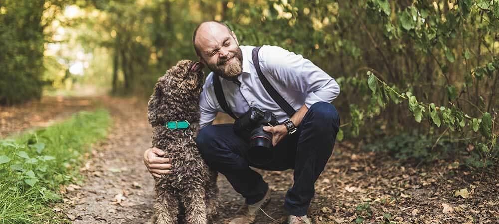 Jan Leschke mit Hund und Kamera Hochzeitsfotograf Hannover Seelze