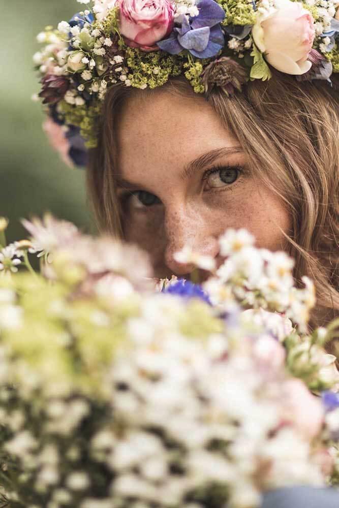 Braut mit Brautstrauß und Blumenkranz Hochzeitsfotograf Hannover Seelze