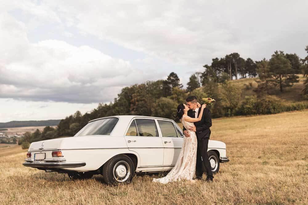 Brautpaar mit Mercedes Hochzeitsfotograf Hannover Seelze