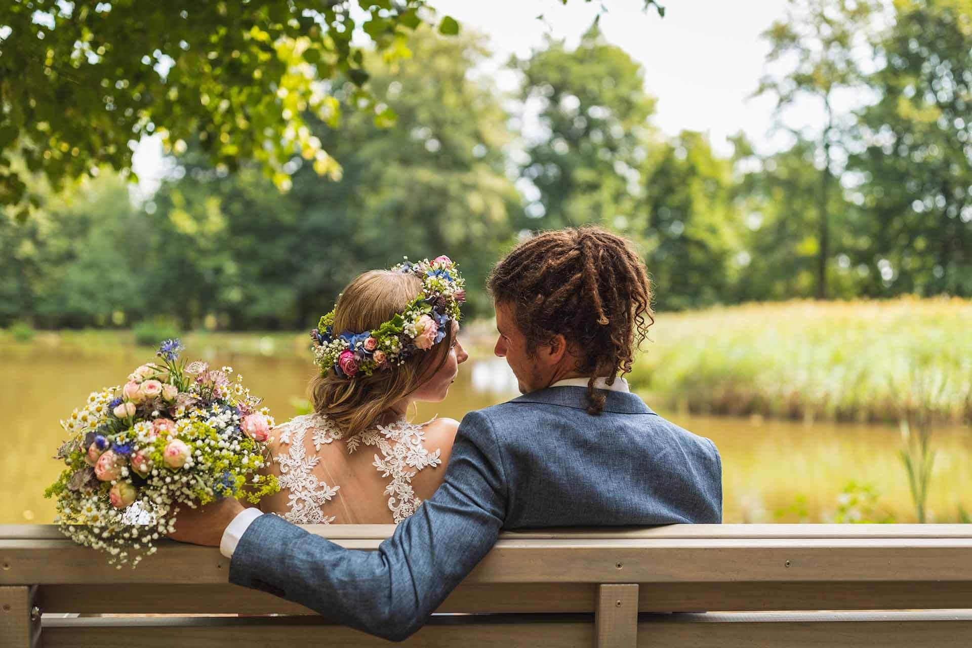 Jan Leschke Photography auf Facebook Brautpaar auf Bank