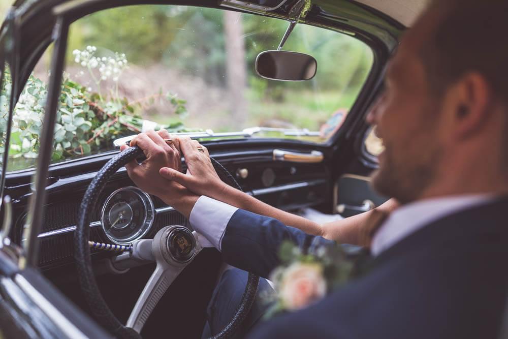 Brautpaar mit Oldtimer Eheringe Bräutigam