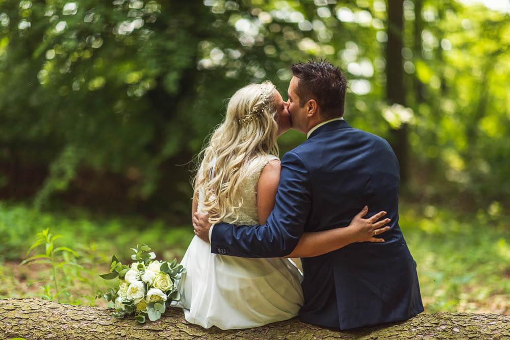 Brautpaar mit Brautstrauß im Wald