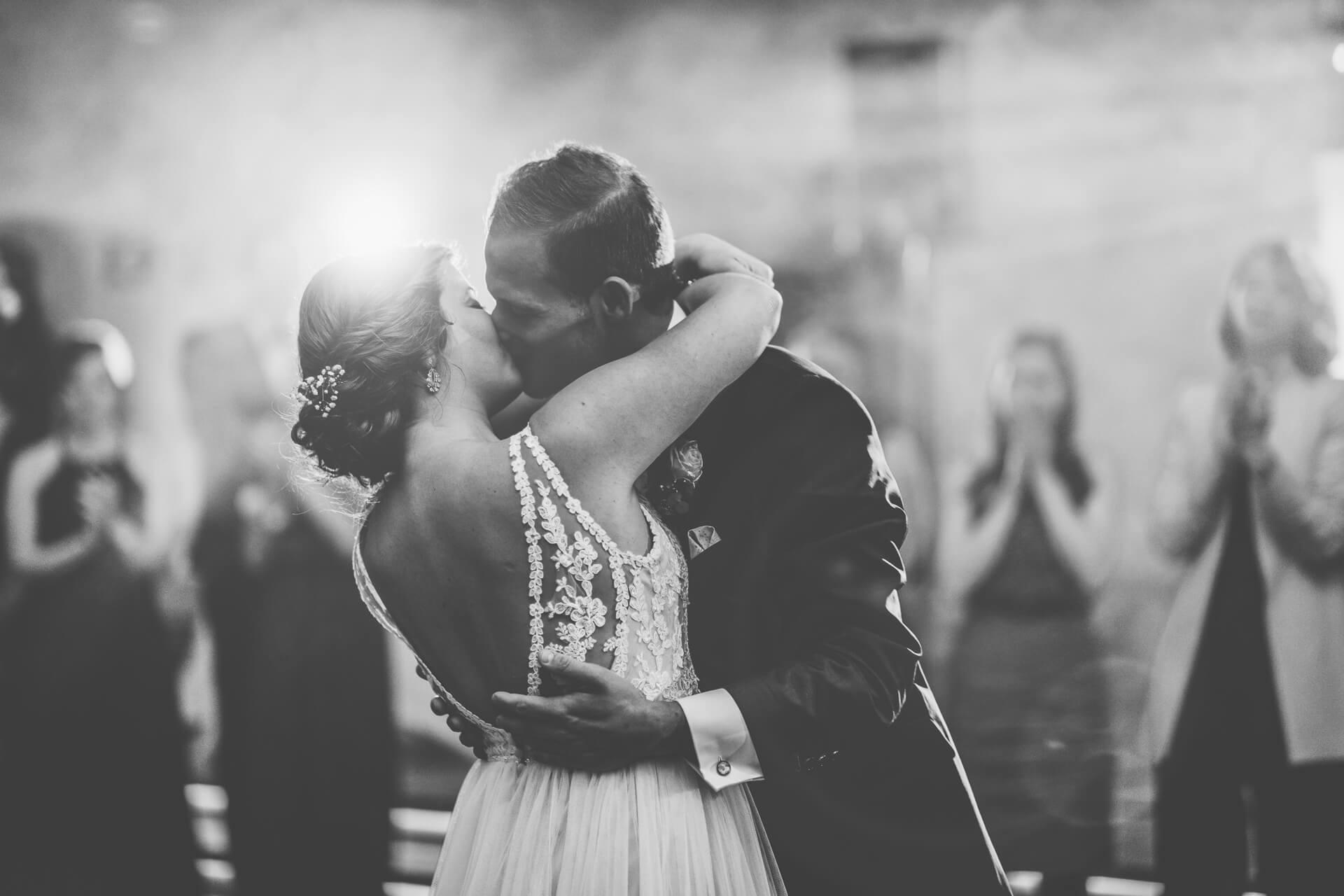 Hochzeit Eröffnungstanz Brautpaar schwarz weiß