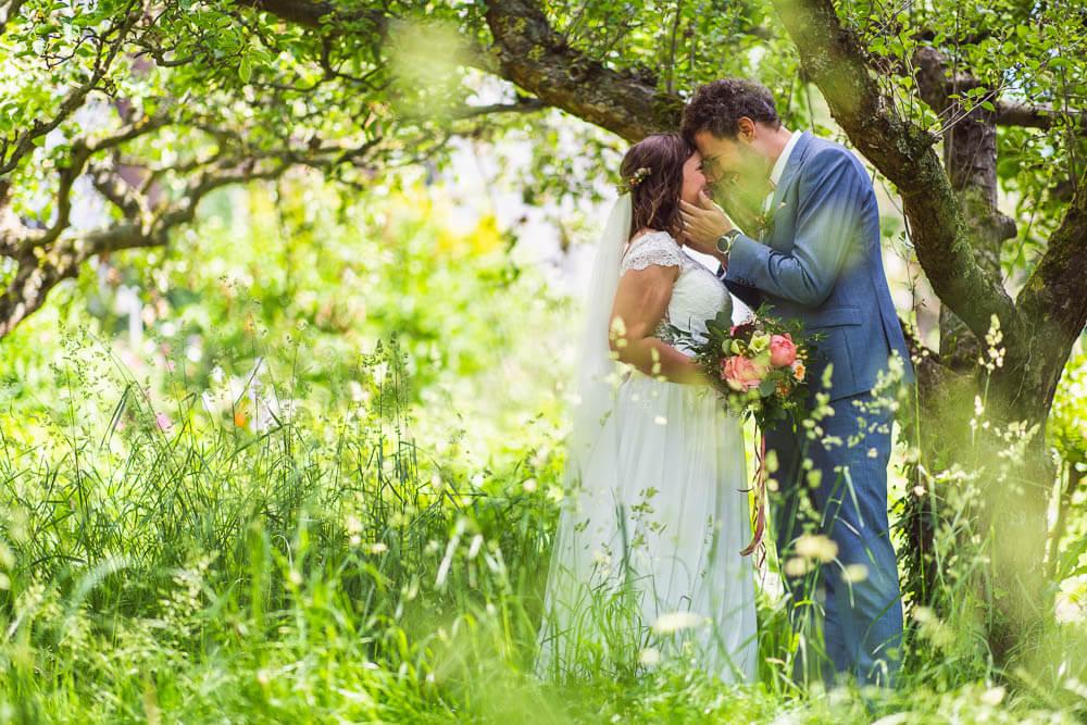 Brautpaar unter Bäumen