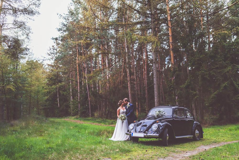 Brautpaar mit Käfer Oldtimer